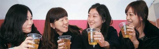 ビールに焼酎を入れて作った爆弾酒「焼麦(ソメク)」が大学街で人気だ。8日、ソウル弘益大前の酒屋で弘益大の学生が「焼麦」を飲んでいる。