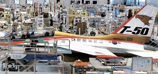 慶尚南道泗川の韓国航空宇宙産業(KAI)工場でKAIが独自開発した高等訓練機T-50を組み立てる様子。KAIはエアバスから12億ドルの旅客機部品供給契約を獲得した。