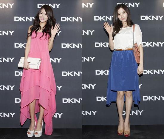 ファッションブランド「DKNY2012S/Sファッションショー」に参加した少女時代のスヨン(左)とソヒョン。