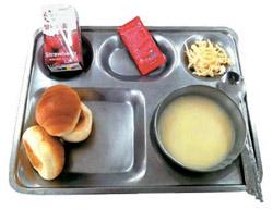 先月28日に永同大学機種者で出された朝食。1食2500ウォンの献立はイチゴ牛乳とイチゴジャム、キャベツ、パン、スープが出された。同大学の今年の平均授業料は年747万ウォンだ(インターネット画面キャプチャー)。