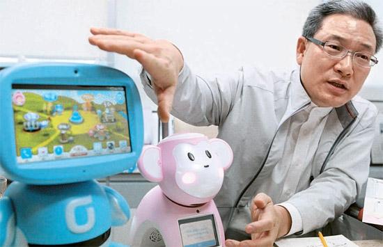 KT(旧韓国通信)ホーム顧客部門のソ・ユヨル社長が、教育用ロボット「キボット(Kibot)」のサウジアラビア進出過程を説明している(写真=KT)。