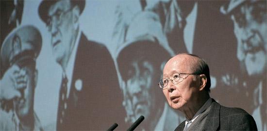 イ・ジョンシク米ペンシルベニア大名誉教授兼慶煕(キョンヒ)大教授が『朴正煕(パク・ジョンヒ)評伝』(英語名Park Chunghee)を出した。 昨年11月に慶煕大で開かれた韓国現代史特講でのイ教授の姿。 背景はイ教授が講演資料として使用した写真。 韓国戦争勃発1週間前、ダレス元米国務長官(眼鏡をかけた外国人)一行が議政府(ウィジョンブ)北側の38度線接境から北側を見ている(写真=慶煕大提供)。