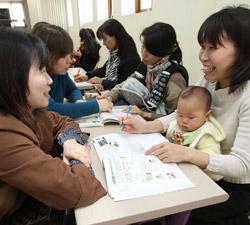 5日に釜山市海雲台区の住民自治センターを訪れた日本人たち(右側)がボランティアメンバーらからマンツーマンで韓国語を学んでいる。