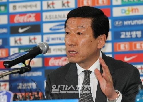 サッカー韓国代表チームのチェ・ガンヒ監督。