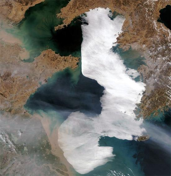 濃い海霧が西海(ソヘ、黄海)沖を覆い尽くしている。(写真=米航空宇宙局提供)。