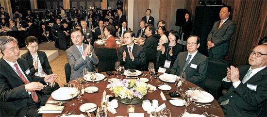 韓日中賢人会議の歓迎晩さん会が15日、ソウル新羅ホテル迎賓館で開かれた。 今回の会議のテーマは「世界経済の不確実性と韓日中3カ国の協力」だ。 テーブルの左から李従軍中国国営新華社通信社長、洪錫?(ホン・ソクヒョン)中央日報会長、金滉植(キム・ファンシク)国務総理、福田康夫元日本首相、李洪九(イ・ホング)元国務総理。