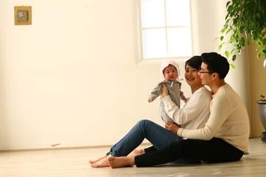 一般の主婦が出場するtvN音楽オーディション番組「スーパーディーバ2012」に出演して性上納発言で話題を集めたイ・ウンジ(中央)。