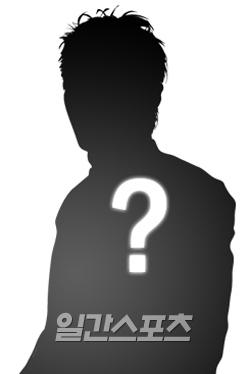 芸能事務所T社所属のこの歌手は、すでに逮捕されたO社代表との親密な関係を利用してO社練習生に接近し性暴行した容疑を持たれている。