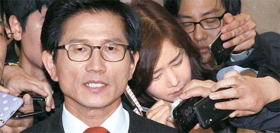 金文洙(キム・ムンス)京畿道知事が22日、ソウル汝矣島(ヨイド)国会で第18代大統領選挙への出馬を正式に宣言した後、取材陣の質問に答えている。