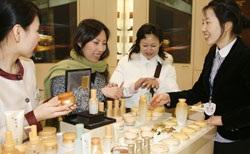 中国人観光客が韓国のある百貨店で化粧品を購入している。