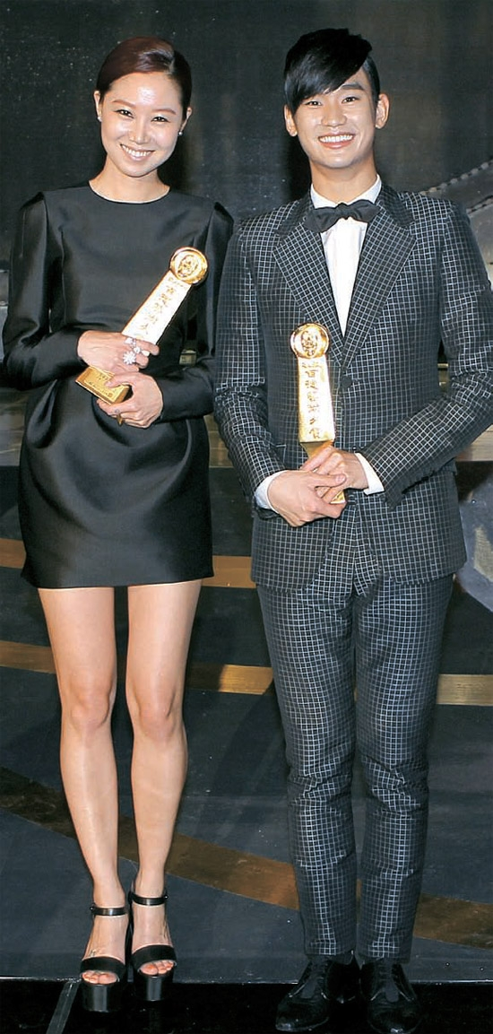 「第48回ハイウォン百想芸術大賞」で、テレビ部門の男女最優秀演技賞を受賞したコン・ヒョジン(MBC「最高の愛」、左)とキム・スヒョン(MBC「太陽を抱いた月」)が明るい笑顔を見せている。