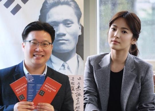 徐ギョン徳(ソ・ギョンドク)教授(左)と女優のソン・ヘギョ。