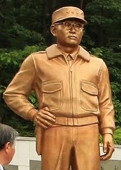 キム・ベクイル将軍(1917-1951)の銅像。