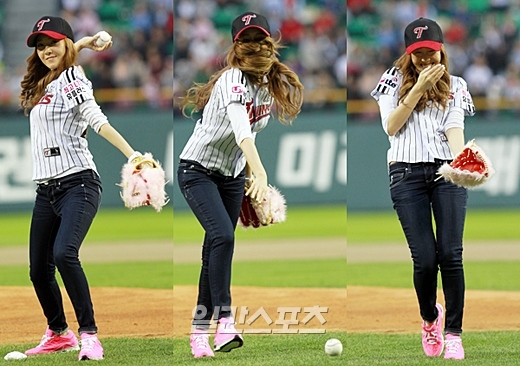 11日に蚕室球場で開かれたプロ野球LG対サムスン戦で、始球式に立った少女時代のジェシカが、自身が投げたボールが地面に転がり恥ずかしそうに手で顔を隠している。