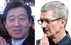 サムスン電子の崔志成(チェ・ジソン)副会長(左)とアップルのティム・クック最高経営責任者。