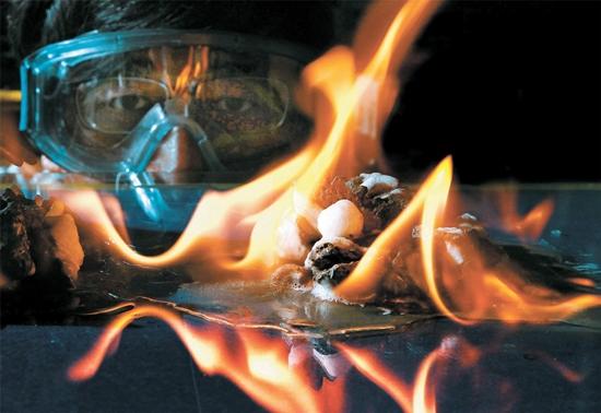 パク博士が2009年に東海の水深2000メートルの海底から採取したガスハイドレートに火をつけている。写真で白い氷のように見えるのがハイドレートで、残りの部分は泥だ。