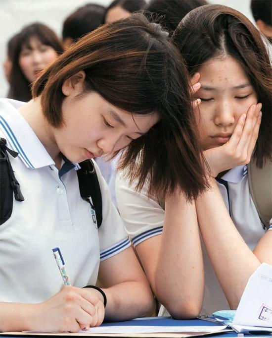 5日、ソウル興仁洞(フンインドン)城東工業高校で開かれた「ソウル市特性化高校採用博覧会」で、行事に参加した学生が履歴書を作成している。