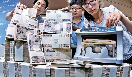 12日、関税庁ソウル本部税関は1兆4000億ウォン(約1000億円)規模の外貨を違法取引した両替商ら8人を立件した。税関職員が押収した3億2000万円を数えている。