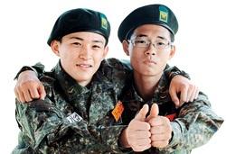 副士官訓練を受けているハン・ギヨプ氏(左)とペ・ジュンヒョン氏(写真=国防日報)。