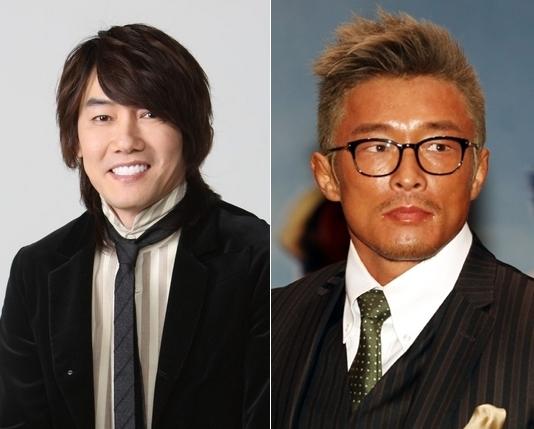 歌手キム・ジャンフン(左)と秋山成勲。