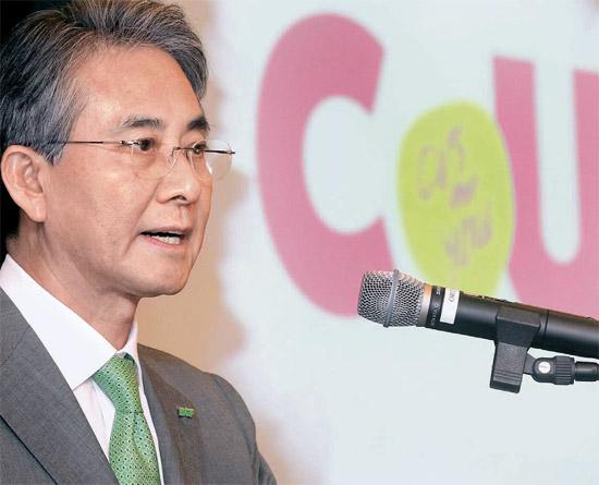 BGFリテールの洪錫肇会長がファミリーマートの新名称「CU」を紹介している。洪会長は「新たな成長のための変化」と説明した(写真=BGFリテール)。