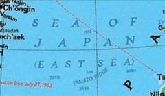ナショナルジオグラフィックの「世界地図(Atlas of the World)」は05年版から「EAST SEA」と「SEA OF JAPAN」を併記している(写真は資料)。