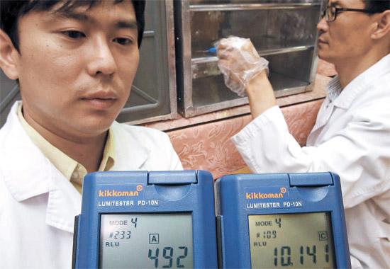 2日、瑞草(ソチョ)区庁職員が良才洞(ヤンジェドン)のある中国飲食店で、ATP検査機を使って岡持ちの汚染度を測定している。