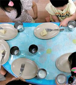 ソウル・瑞草区(ソチョク)が全国で初めて無償保育予算に持ち堪えられないと宣言した中、瑞草区内の区立保育所で子どもたちがおやつを食べている。