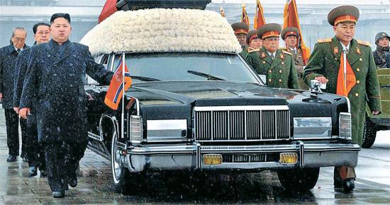金正日総書記の霊柩車を先頭で護衛する李英鎬(リ・ヨンホ)  北朝鮮の金正恩(キム・ジョンウン)第1書記(左)と党・政・軍の核心人物が昨年12月28日、金正日(キム・ジョンイル)告別式で霊柩車を護衛している。 彼らは「護衛7人組」と呼ばれたが、金永春(キム・ヨンチュン)人民武力部長、禹東測(ウ・ドンチュク)国家安全保衛部第1副部長に続き、15日、李英鎬(リ・ヨンホ)総参謀長(右)が解任された。 金正恩の後ろに張成沢(チャン・ソンテク)国防委副委員長、金己男(キム・ギナム)党秘書、崔泰福(チェ・テボク)最高人民会議議長。 李英鎬の後ろは金永春(キム・ヨンチュン)、金正覚(キム・ジョンガク)軍総政治局第1副局長、禹東測(ウ・ドンチュク)。