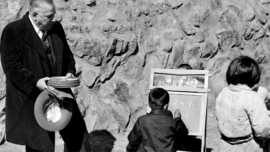 韓国戦争の救護品のひとつだった移動式黒板。教育熱が高かった韓国人の特性を見事に見せている。在米政治学者のイ教授は韓国戦争の悲劇からこんにちの韓国の発展を築いた一種の要因を見出している。