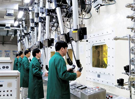 韓国原子力研究院の研究員がロボットアームで使用済み核燃料を操作しながら、パイロプロセシング技術開発を行っている。