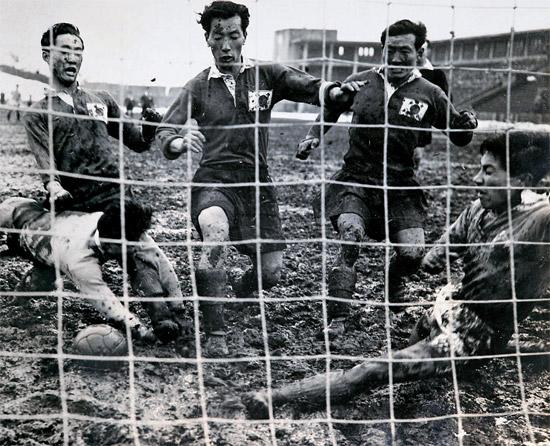 チョン・ナムシク(真ん中)が日本選手の間でシュートしている。チェ・ジョンミン(左)とウ・サングォンもボールに向かって走り込んでいる。1954年に日本明治神宮で行われた韓日サッカーの最初の試合。韓国が5-1で勝った(写真スポーツ資料収集家イ・ジェヒョン氏)。