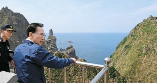 10日、独島(ドクト、日本名・竹島)を訪問した李明博(イ・ミョンバク)韓国大統領が東島 (トンド、日本名・女島)を見回っている。左側の島は西島(ソド、日本名・男島)。李大統領の隣はユン・チァンス独島警備隊長。