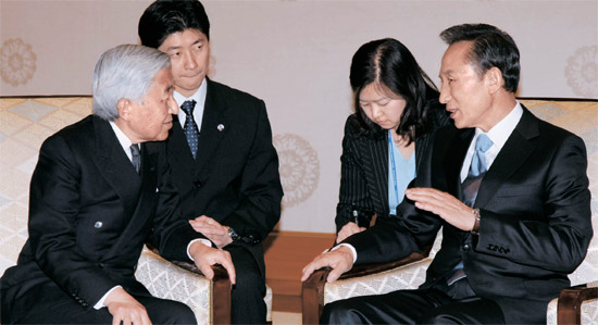李明博(イ・ミョンバク)大統領が就任初年度の2008年4月21日、日本の皇室を訪問して明仁天皇(左側)と歓談している。