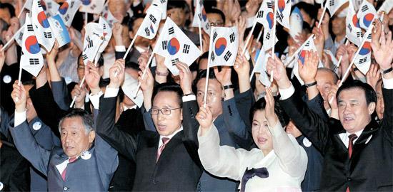 李明博(イ・ミョンバク)大統領が15日、ソウル世宗文化会館で開かれた光復節(解放記念日)慶祝式で万歳三唱をしている。左側から朴維徹(パク・ユチョル)光復会長、李明博大統領、金潤玉(キム・ユンオク)大統領夫人、姜昌熙(カン・チャンヒ)国会議長。