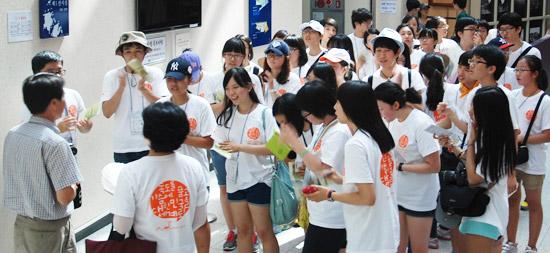 韓国唯一の領土博物館、鬱陵島(ウルルンド)の独島博物館が独島(ドクト、日本名・竹島)守護1番地に浮上している。今年で開館15周年を迎えた独島博物館は、これまで観覧客166万人が訪れ、独島が韓国の領土であることを確認する独島守護の役目を果たしてきた。15日、光復節に独島博物館を訪れた観覧客が学芸員の説明に耳を傾けている(写真=独島博物館)。