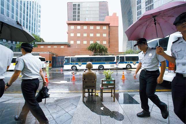 25日、警察が日本大使館前の慰安婦少女像の周辺をパトロールしている。