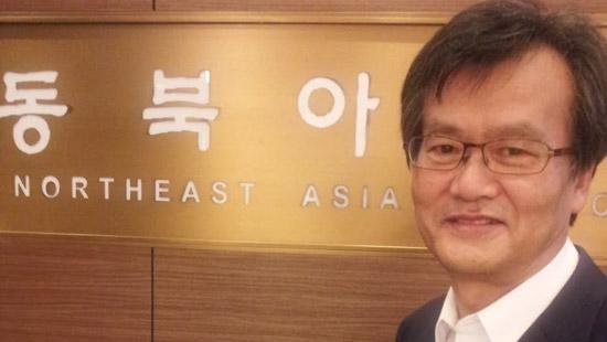 ソウル西大門区(ソデムング)東北アジア歴史財団事務室の前に立つ鄭在貞(チョン・ジェジョン)理事長。「財団の6年間の成果をまとめて来月白書を出す」と述べた。