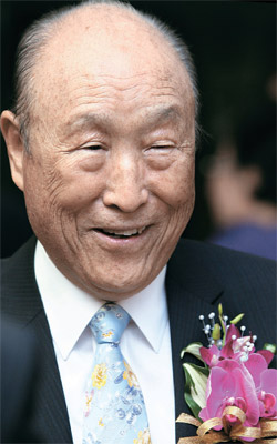 統一教を創始した文鮮明(ムン・ソンミョン)総裁が3日、死去した。写真は09年6月にソウル・コエックスで開かれた自叙伝『平和を愛する世界人として』出版記念会当時。