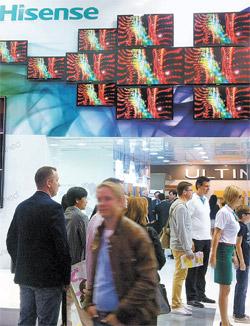 世界5位のLEDテレビメーカーの中国ハイセンスはベルリンで開かれた「IFA2012」でLEDテレビと「グーグルテレビ」をブースの全面に展示した。外国人スタッフが動作認識を試演する姿も目につく。