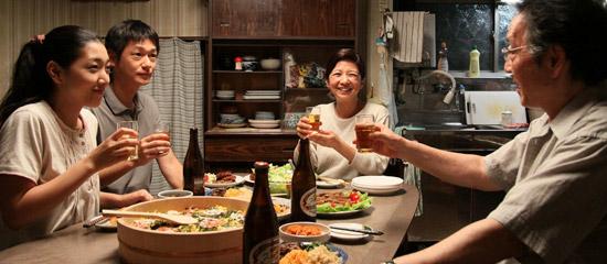 映画「かぞくのくに」で、25年ぶりに北朝鮮から日本に来た兄(左から2人目、井浦新)が妹(左、安藤サクラ)と夕食を一緒に食べている。脳腫瘍という診断を受けた兄に直ちに帰国指示が出る(写真Star Sands)。