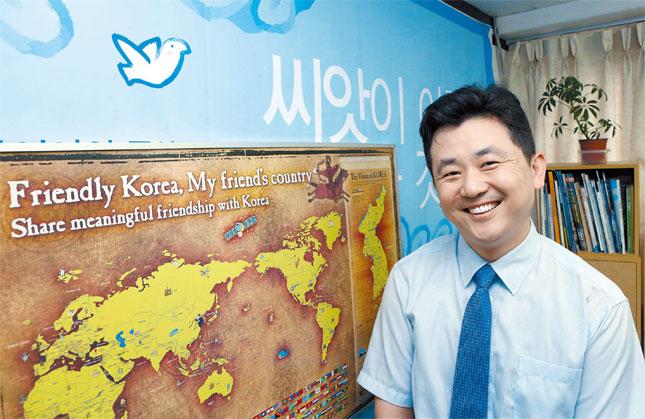 パク・ギテ団長が21日、ソウル城北区普門洞VANK事務所でポーズを取っている。パク団長の背後に世界との友情を級長するVANK世界地図が見える。東海(トンへ、日本名・日本海)や独島(ドクト、日本名・竹島)がよく見えるように表示されている。