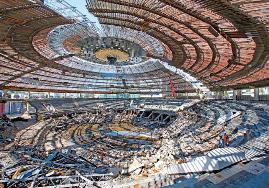 竣工から50年を迎え全面改装中の奨忠体育館。