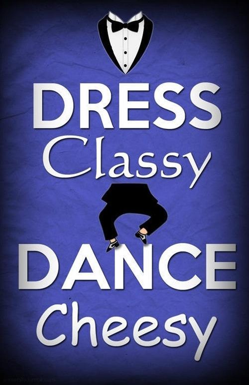 「Dress Classy Dance Cheesy」という文が書かれたポスター。