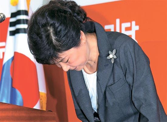 セヌリ党の朴槿恵候補が24日、軍事クーデター、維新、人民革命党事件など過去史に対して謝罪した。朴候補がこの日汝矣島の党事務所で記者会見を終え頭を下げあいさつしている。