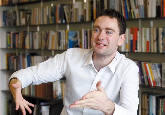 英エコノミストのソウル特派員、ダニエル・チューダーさん(30)。
