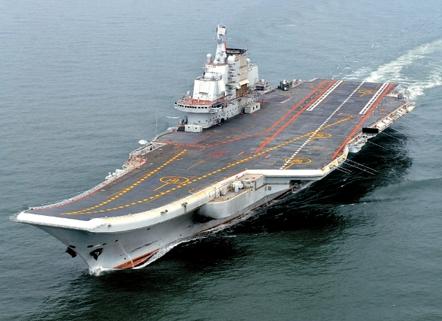 先月、正式就役した中国初の空母遼寧(写真=中央フォト)。
