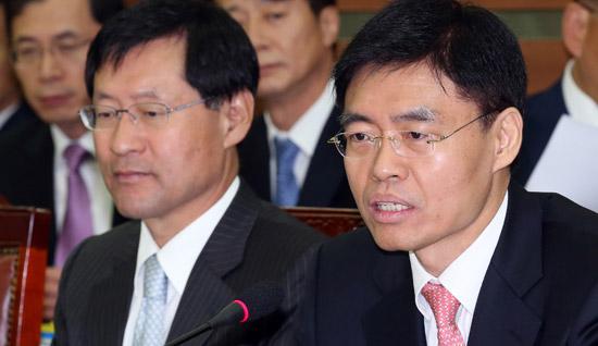 崔?一(チェ・ギョイル)ソウル中央地検長(右)が16日に開かれた国政監査で議員の質問に答えている。左側は金鎮太(キム・ジンテ)ソウル高検長