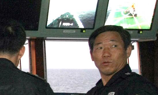 キム・グクソン艦長が木浦海洋警察署所属3009艦の操舵室で海洋警察隊員を指揮する姿。昨年11月の中央日報の取材中に撮影された。18日に木浦市内で会ったキム艦長は外交葛藤を懸念したのか、写真の撮影を丁重に断った。