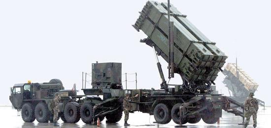 韓国軍が新型パトリオット(PAC-3)ミサイルの導入を推進中だ。写真は在韓米軍が烏山(オサン)空軍基地に配置したPAC-3ミサイル。後ろには旧型PAC-2ミサイルが見える(写真=中央フォト)。